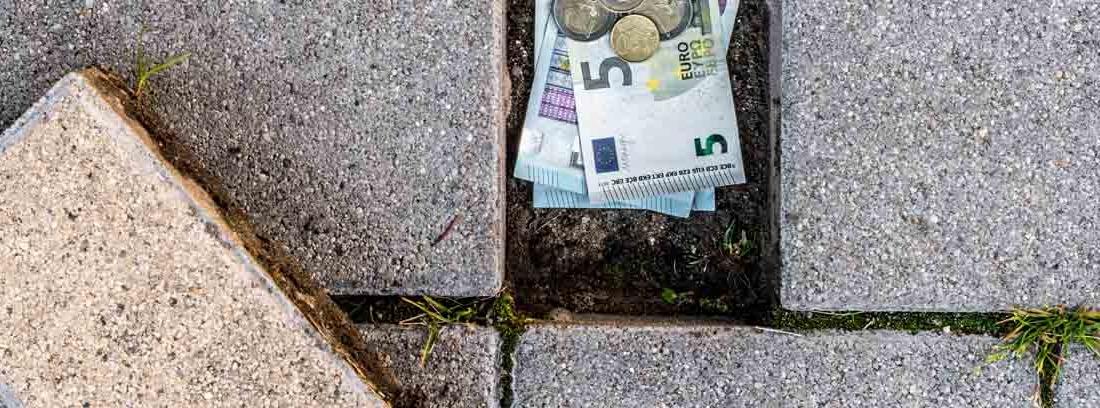 Dinero debajo de una baldosa