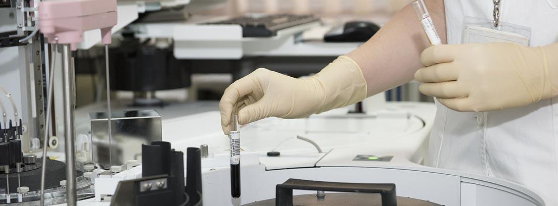 Manos con guantes de látex y tubos de ensayo en un laboratorio de investigación