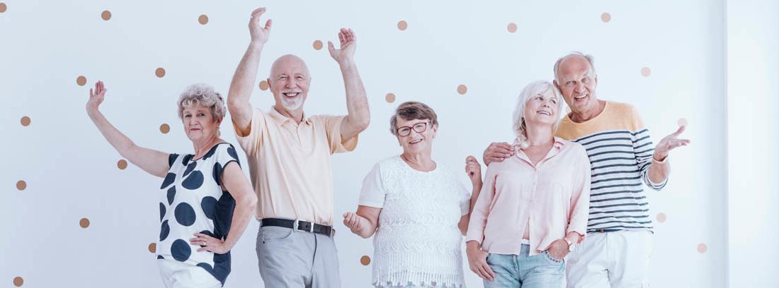 Grupo de hombres y mujeres de un club de jubilados