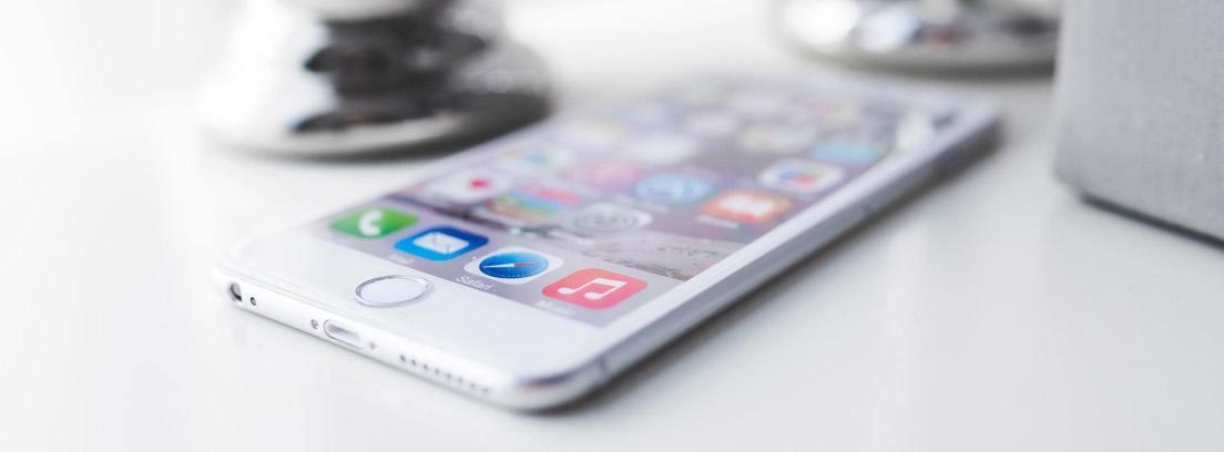 Teléfono móvil sobre una superficie blanca