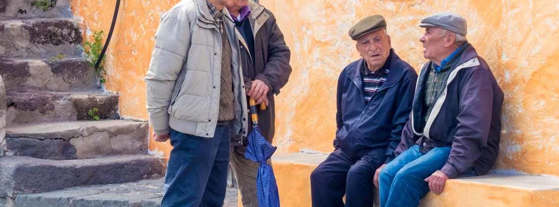 Ancianos hablando en la calle