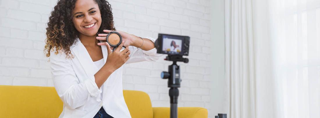 Una influencer muestra a cámara un producto de belleza