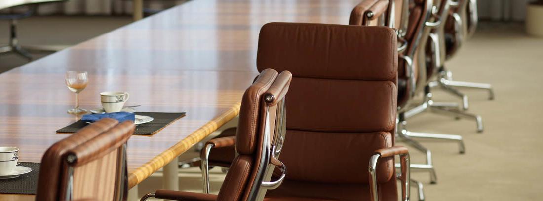 Sillas marrones en una sala de reuniones