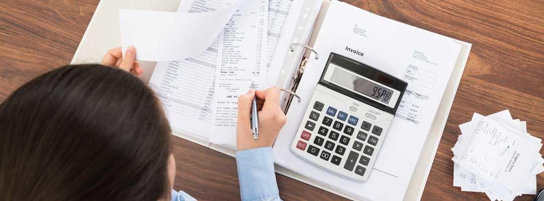Mujer realizando cálculos de contabilidad de empresa