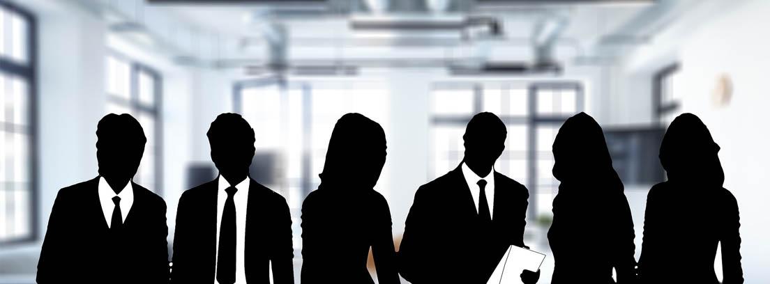 Silueta de varios hombres y mujeres emprendedoras con una oficina al fondo