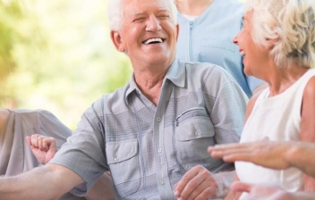 Grupo de hombres y mujeres mayores de 65 años sonriendo