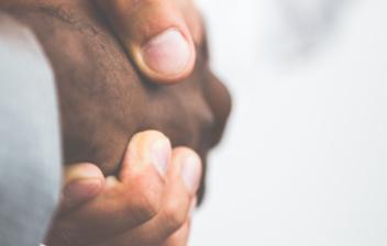 Dos socios se estrechan la mano