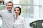 Hombre y mujer en un concesionario