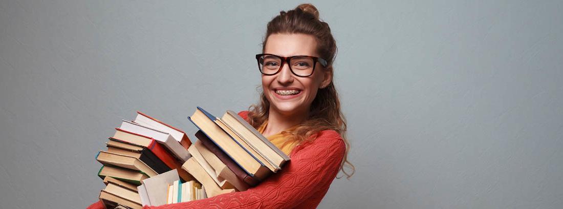 Chica con muchos libros en sus brazos