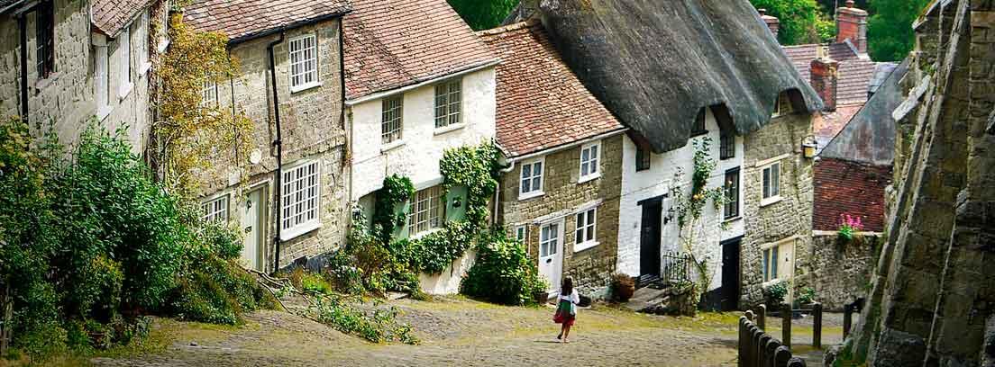 Casas en calle de pueblo rural con una niña