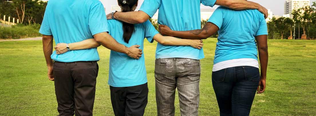 Cuatro personas de espaldas con los brazos entrelazados que forman parte de una asociación sin ánimo de lucro