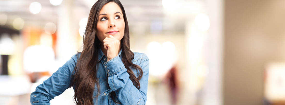 Mujer pensando en su jubilación
