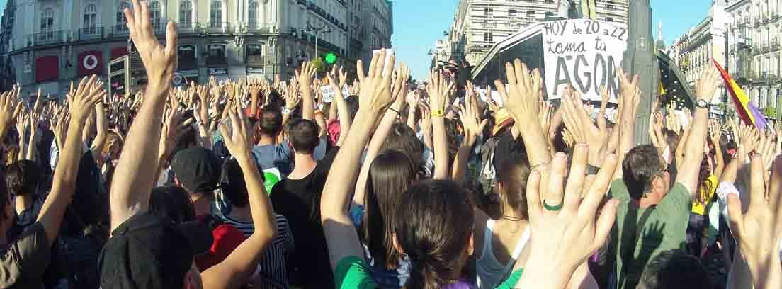 varias personas en una manifestación