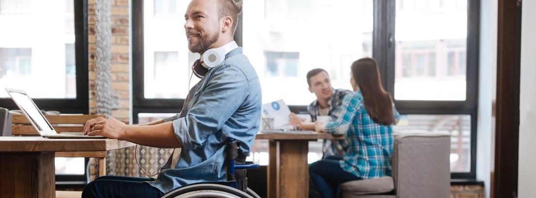 Hombre en silla de ruedas trabajando