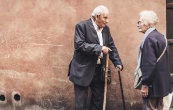 Dos ancianos hablando en la calle