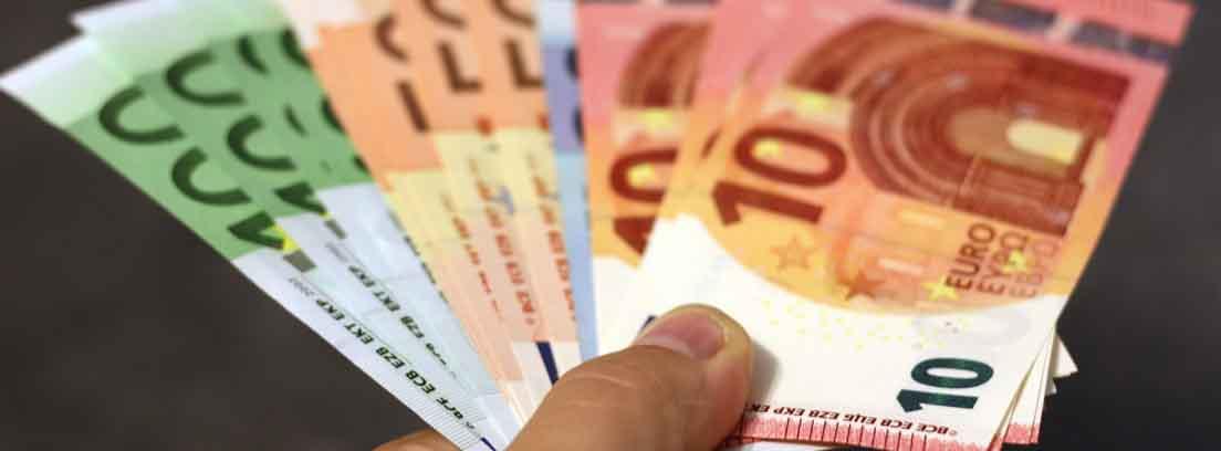 Una mano con billetes de euro en abanico