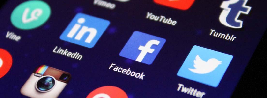 Pantalla de un móvil con los iconos de las principales redes sociales