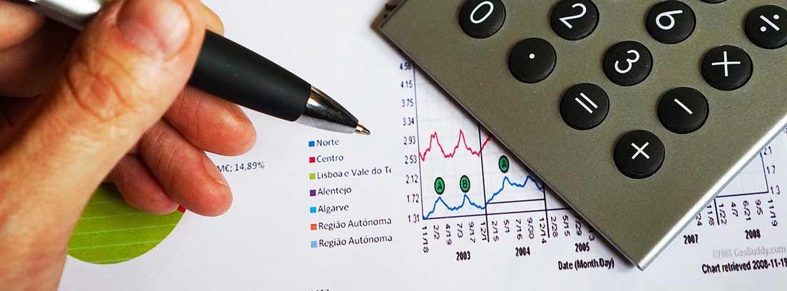 Mano con bolígrafo sobre cuentas sobre ahorros fiscales
