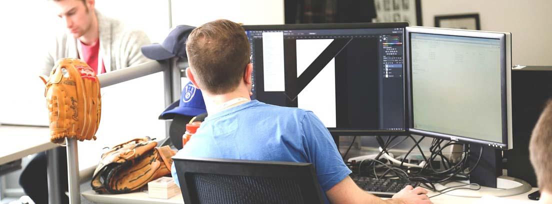 Hombre delante de un ordenador en una empresa