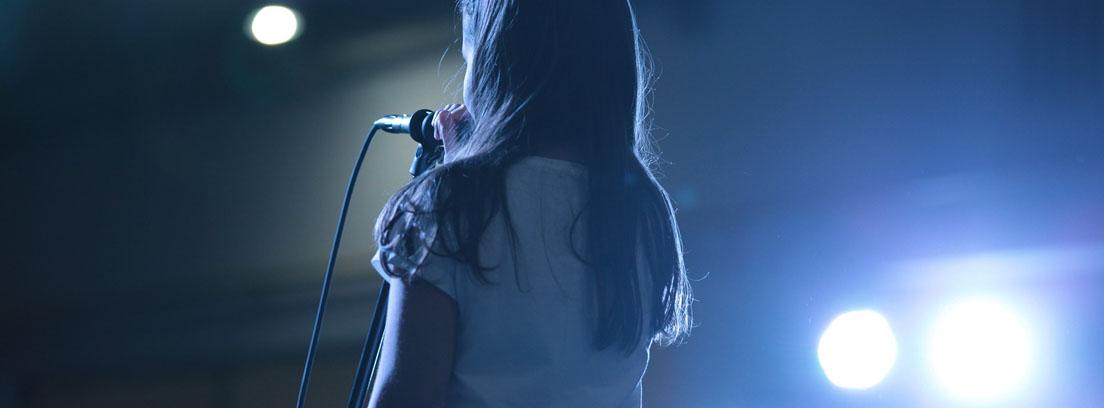 niña cantando en un escenario