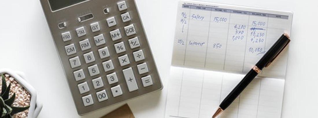 Calculadora, agenda de gastos y dinero para elaborar un calendario de ahorro