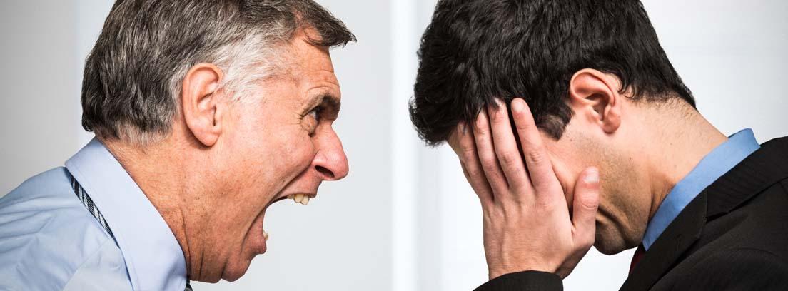 Hombre mayor gritando a otro hombre más joven