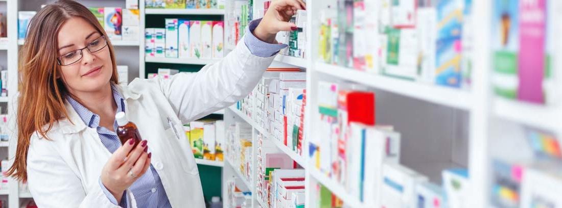 Farmacéutico cogiendo medicamentos en la farmacia