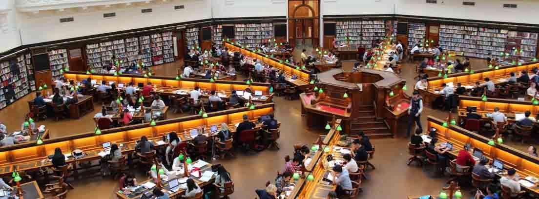 Biblioteca con muchas personas aprendiendo a través del estudio con libros
