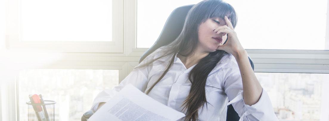 Mujer sujeta su cabeza en un despacho