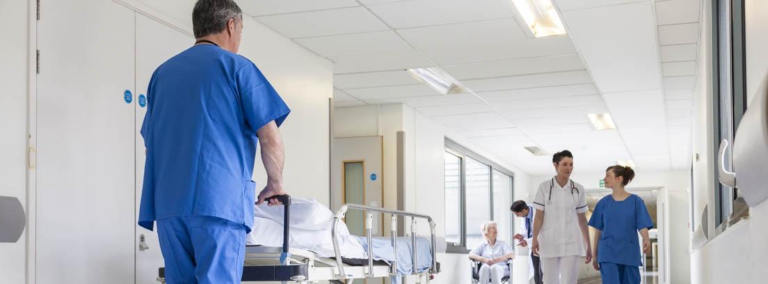 Enfermero empuja una camilla por el pasillo de un hospital