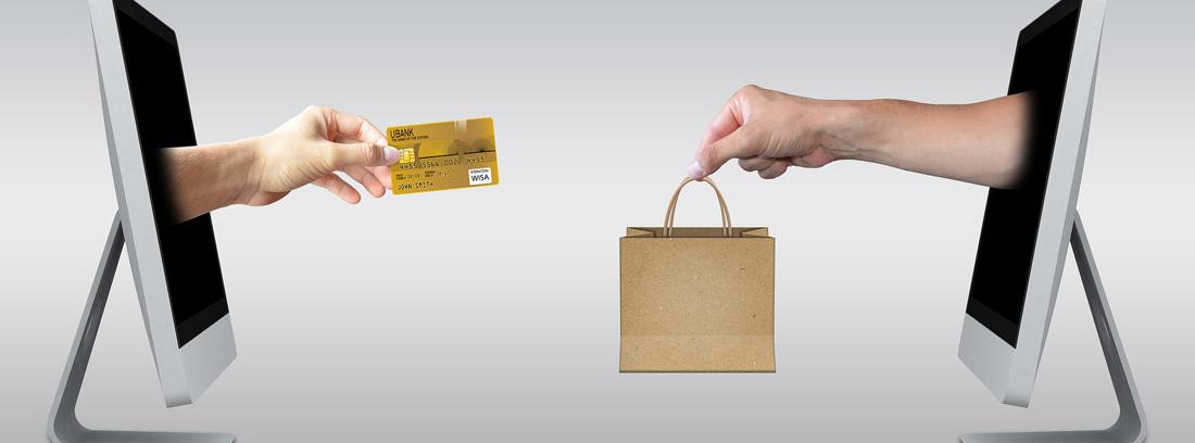 Dos pantallas de las que salen dos manos una con una tarjeta de crédito y otra con una bolsa