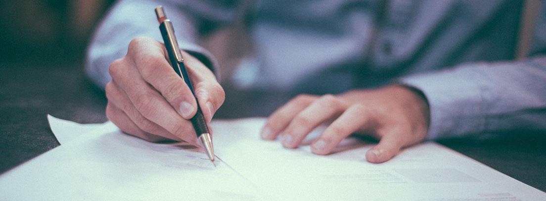 Persona firmando documentos