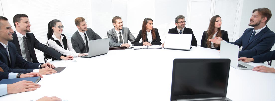 Varias personas en una reunión