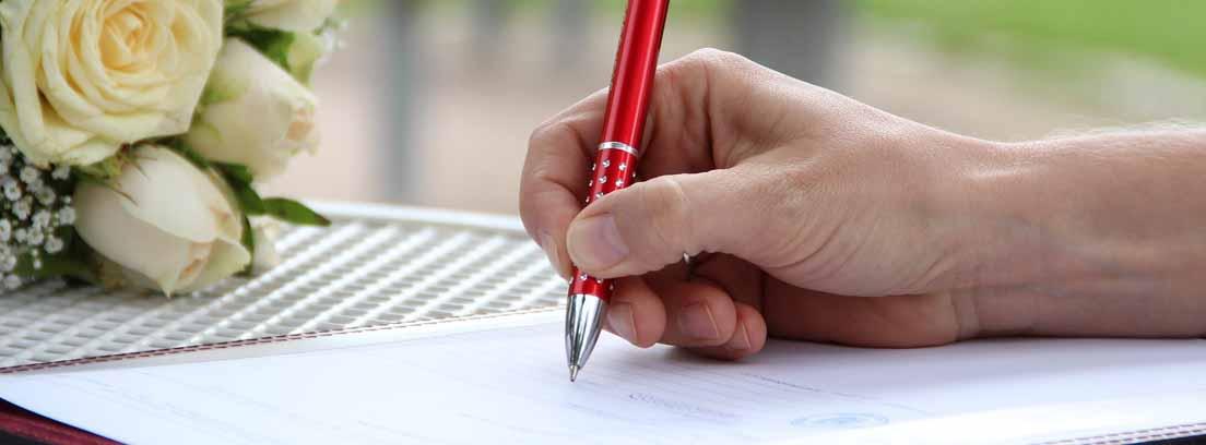 persona rellenando un formulario de reclamación