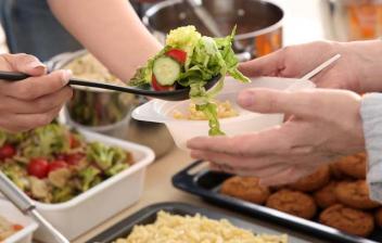 Voluntarios repartiendo comida en un comedor social