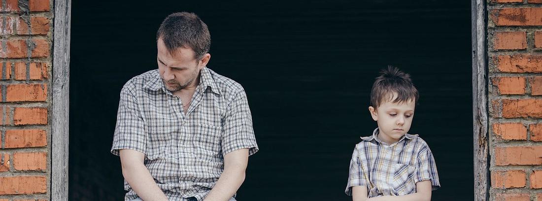 un padre y un hijo tristes sentados en una ventana