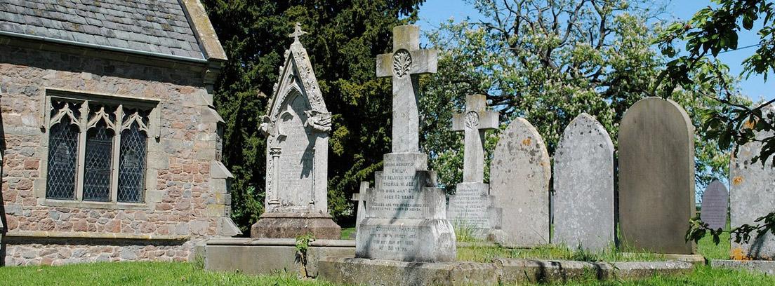 cementerio antiguo junto a una iglesia