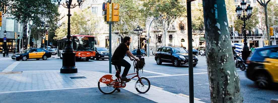 Persona montando en bici por una ciudad