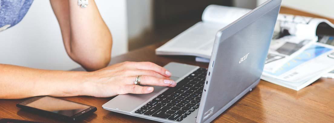 mujer cambiando el domicilio fiscal a través de internet
