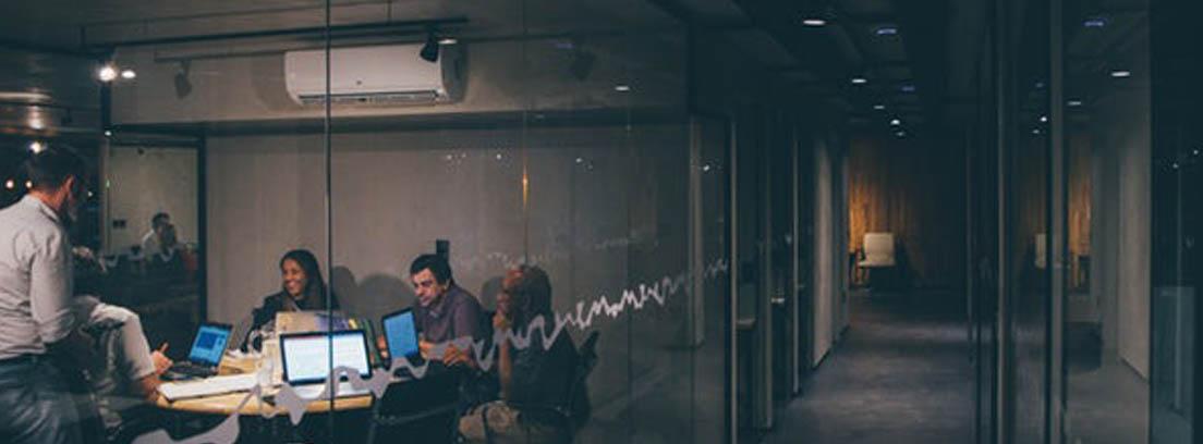 Varias personas en sala de reuniones
