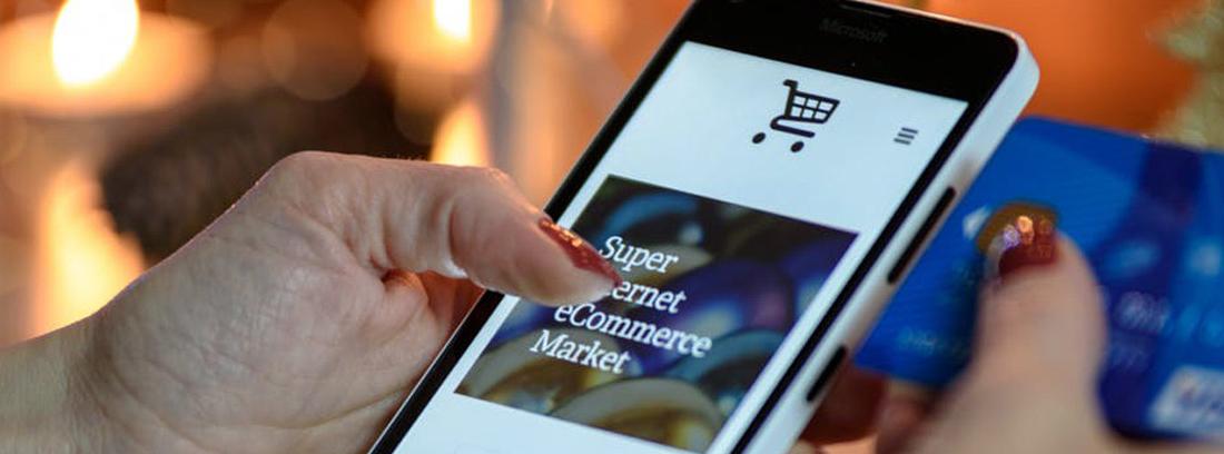 Mano sujeta móvil con pantalla de compra online