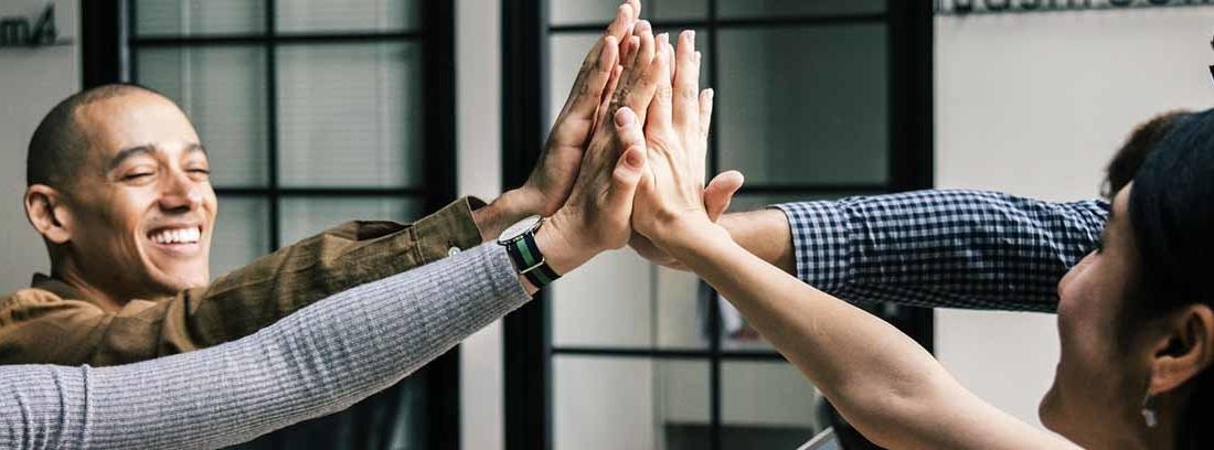 grupo de personas chocando las manos