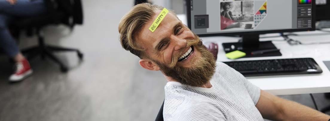 trabajador sonriente con un post it en la cara