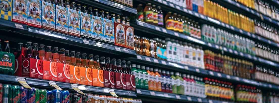 Estantería de un supermercado con botellas