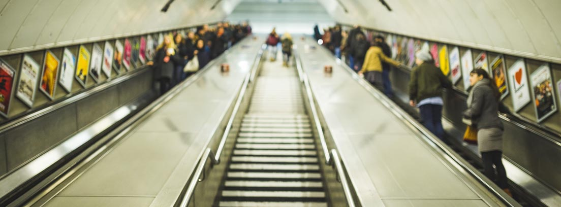 Carteles publicitarios con marcas comerciales en las escaleras del Metro