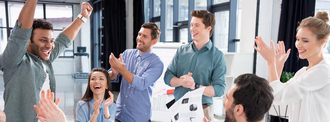 personas celebrando los resultados de una empresa