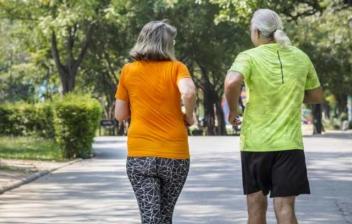 pareja de personas mayores corriendo