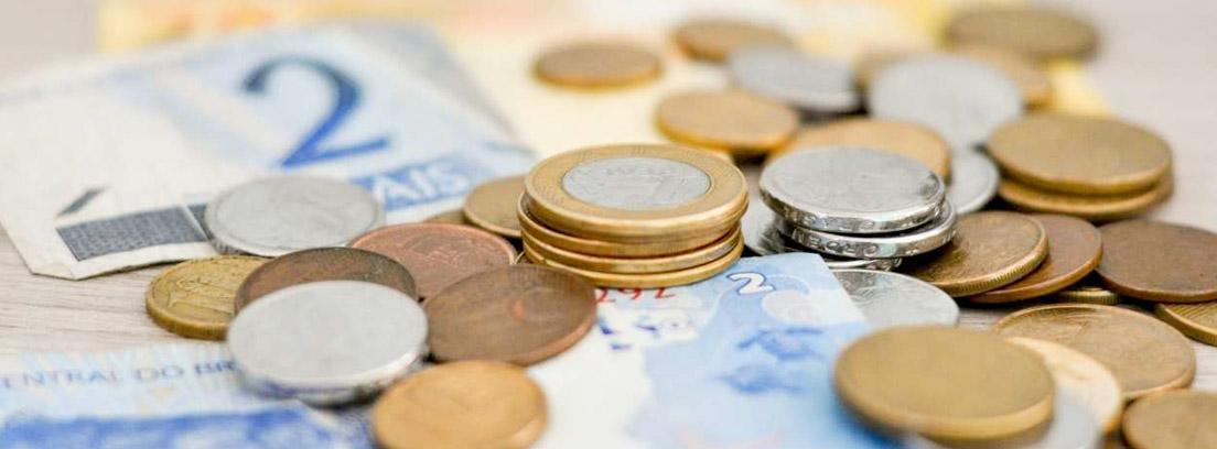 Montón de billetes y monedas