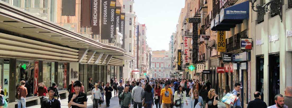 Peatones en la calle Preciados de Madrid, una de las mejores zonas de la capital para invertir en locales comerciales