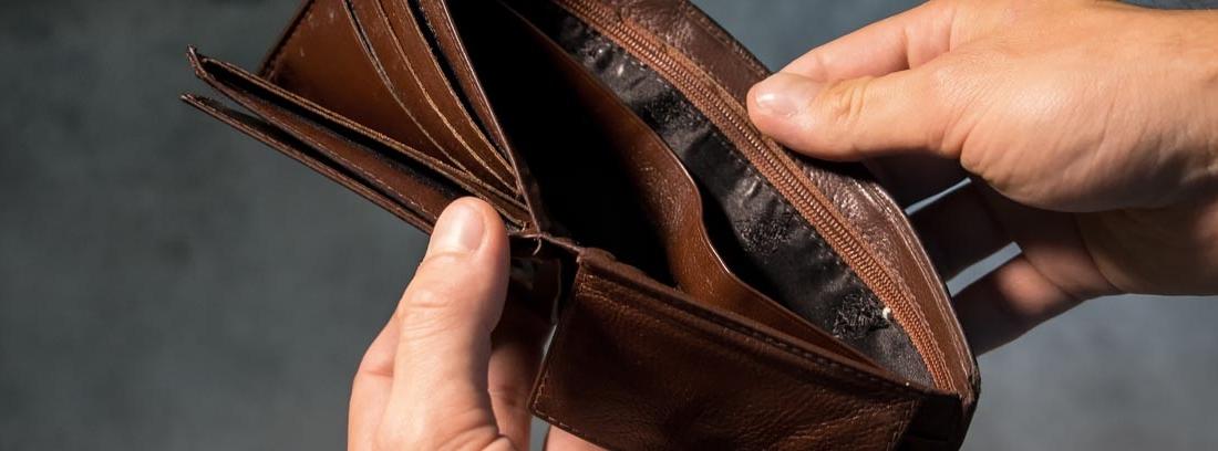 Manos abriendo una cartera vacía
